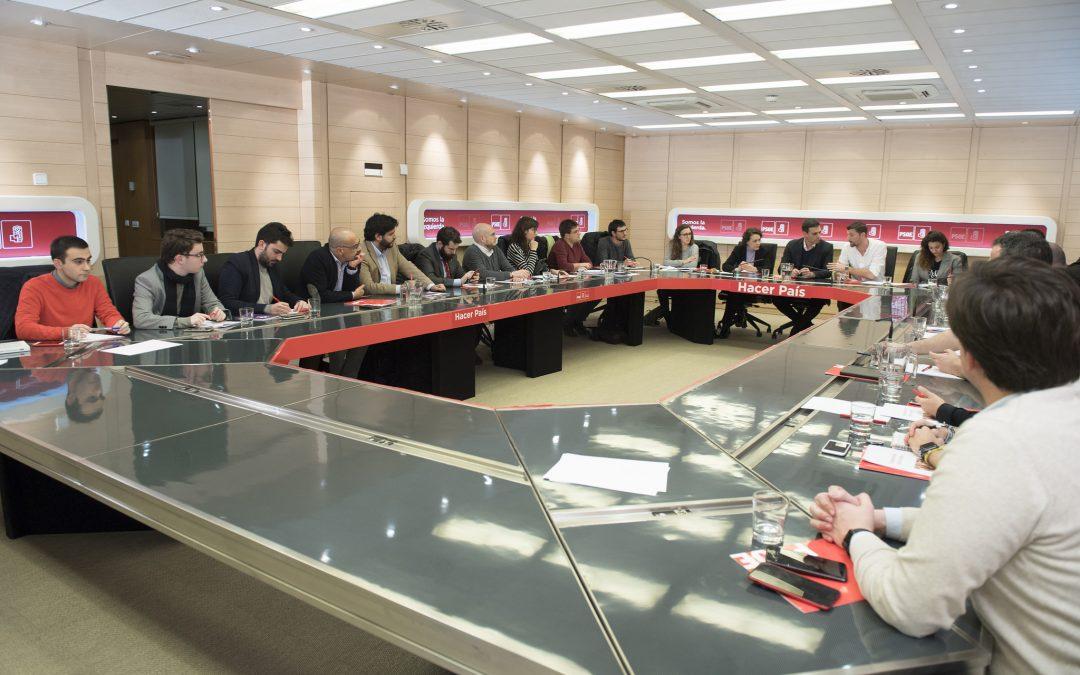 Pedro Sánchez y Omar Anguita se reúnen con colectivos juveniles para trabajar sobre el Acuerdo de País del rescate joven.